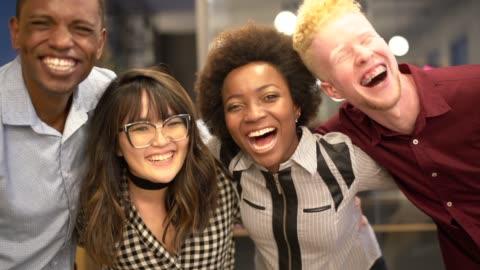 vídeos y material grabado en eventos de stock de los trabajadores auténticos abrazan el concepto de amistad y trabajo en equipo - variación
