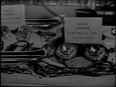vidéos et rushes de auto body parts lie on a table. - phare de véhicule