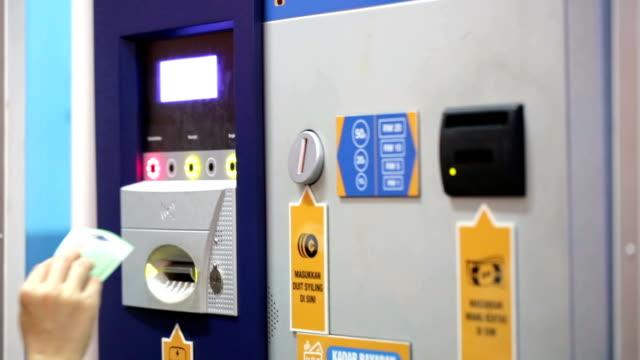 auto-maschine für sie auto-ticket - geldmünze stock-videos und b-roll-filmmaterial
