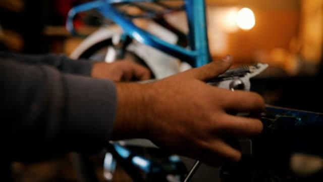 automechaniker profitiert in seiner werkstatt angefertigten motorrädern - motor stock-videos und b-roll-filmmaterial