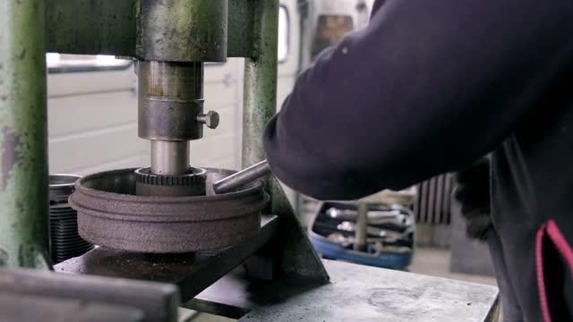 自動車の車輪軸受を固定するオートメカニック - 交代点の映像素材/bロール