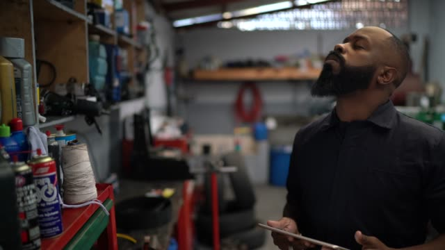 vídeos de stock, filmes e b-roll de homens mecânicos de automóveis preocupados com o carro de reparo de automóveis - falência