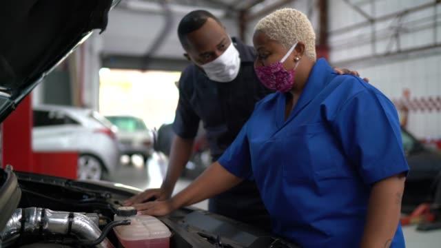 automechaniker-partner bei autoreparatur - mechaniker stock-videos und b-roll-filmmaterial