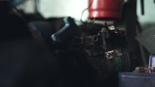 automechaniker reparaturmotor. - machine part stock-videos und b-roll-filmmaterial