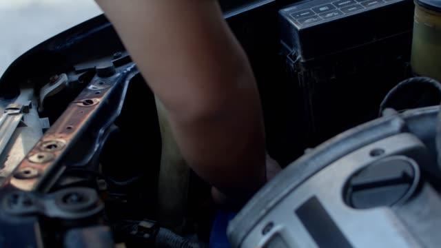 自動車エンジンに取り組む自動車整備士 - 日曜大工点の映像素材/bロール