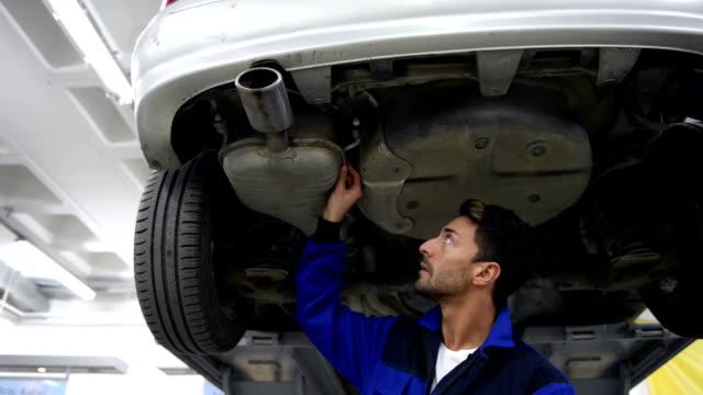 vídeos y material grabado en eventos de stock de trabajo mecánico de coches - garaje