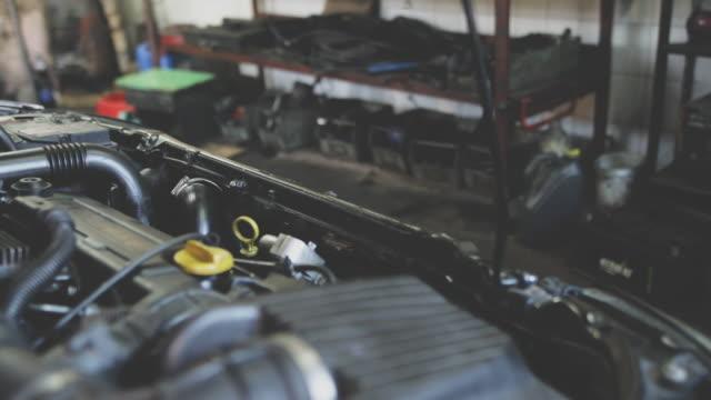 vídeos y material grabado en eventos de stock de taller mecánico auto - mecánico de coches
