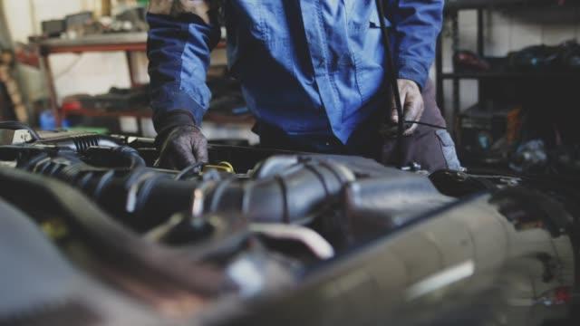 vídeos y material grabado en eventos de stock de taller mecánico de automóviles - mecánico de coches