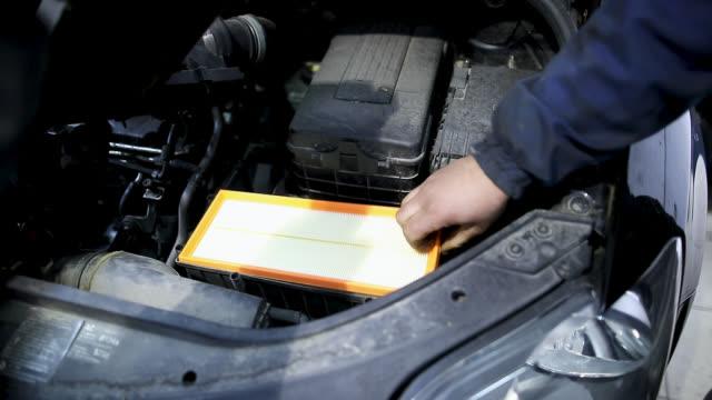ガレージ内のエアーフィルタを変更する自動力学 - 自動車部品点の映像素材/bロール