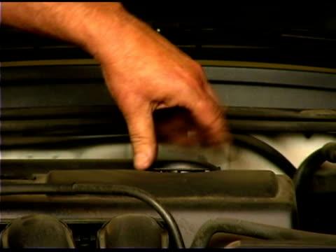 vídeos y material grabado en eventos de stock de auto mechanic's hand - un solo hombre maduro