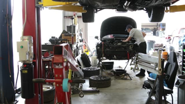 メカニックと自動車修理工場