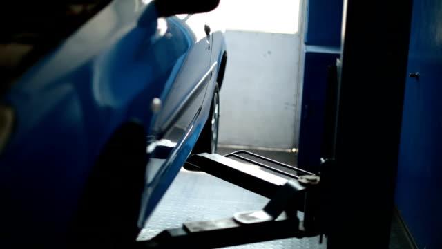 自動車修理工場 - コショウ点の映像素材/bロール