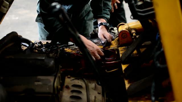 auto repair verkabelung - reparieren stock-videos und b-roll-filmmaterial