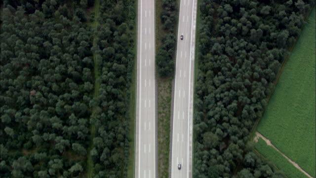 bundesautobahn 7 teilt in wald - luftbild - niedersachsen, deutschland - fernverkehr stock-videos und b-roll-filmmaterial
