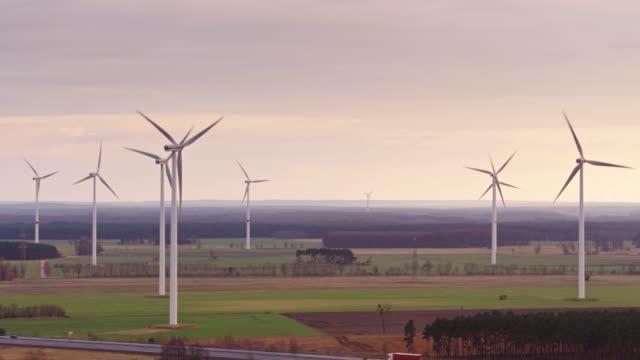 autobahn überqueren deutsche ackerland unter windkraftanlagen - drohne schuss - verkehrsweg stock-videos und b-roll-filmmaterial