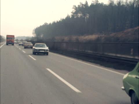 autobahn speed limit; autobahn speed limit; west germany: nr. frankfurt: track traffic to - cars on nearside - one lorry on offside along autobahn:... - 西ドイツ点の映像素材/bロール