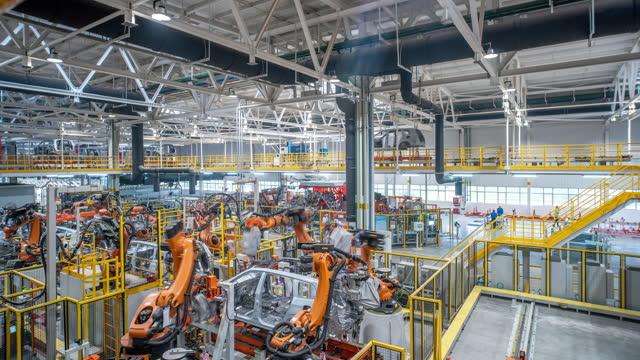 vídeos de stock, filmes e b-roll de linha de produção automatizada de carros - indústria automobilística