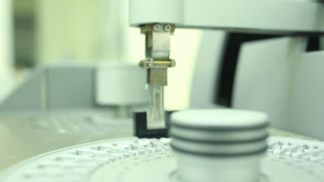 自動化学実験機器 - 品質管理点の映像素材/bロール