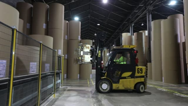 automated cranes move containerboard paper rolls at the townsend hook paper mill operated by smurfit kappa group plc near maidstone uk on wednesday... - pappersbruk bildbanksvideor och videomaterial från bakom kulisserna