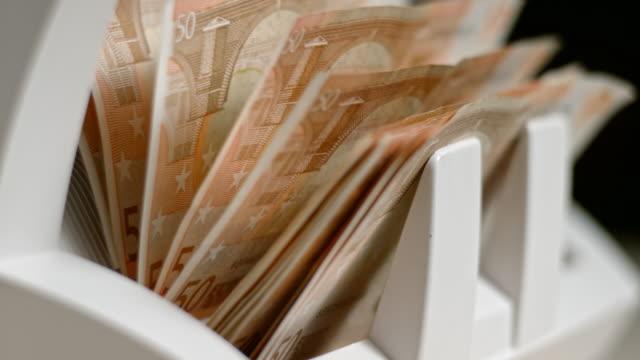 slo mo ld automatisiert währung zähler fünfzig euro-banknoten - zählen stock-videos und b-roll-filmmaterial