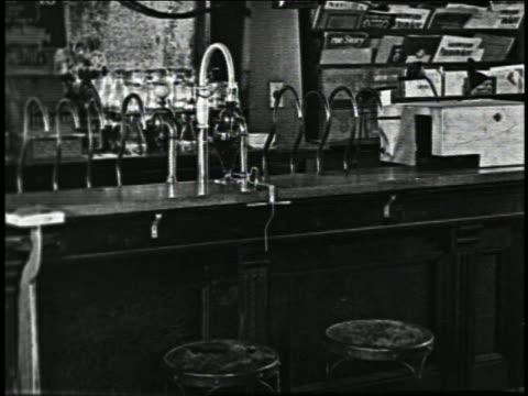 b/w 1926 automated drink maker pushing glass along counter in soda fountain / short - 1926 bildbanksvideor och videomaterial från bakom kulisserna