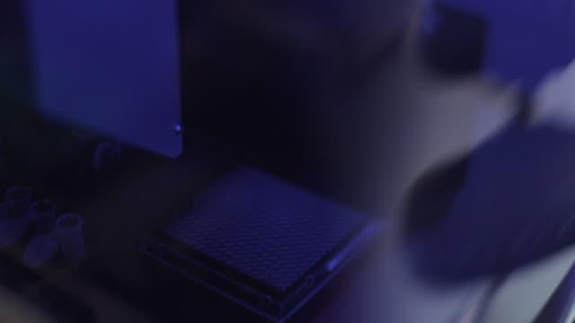 automated high-precision pipette machine - vetreria da laboratorio video stock e b–roll