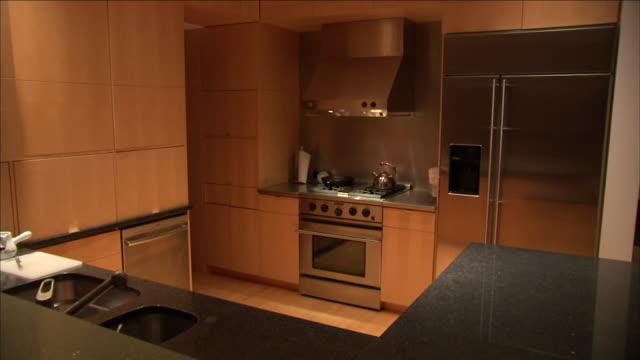 automated lighting cycles in a modern kitchen. - elettrodomestico attrezzatura domestica video stock e b–roll