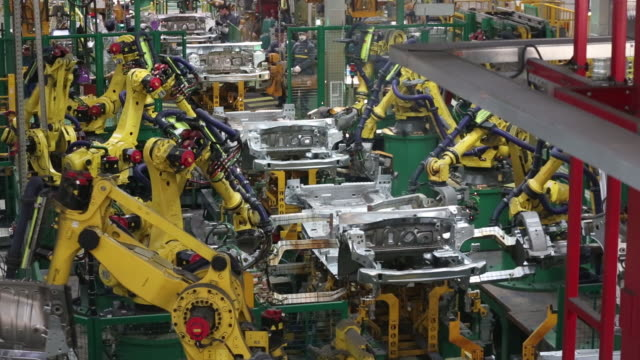 vidéos et rushes de automated production line at renault sa automobile plant in moscow russia on tuesday may 28 2019 - usine automobile