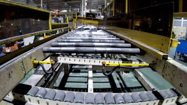 automatiserade produktionslinje för bildelar tillverkning. - metall bildbanksvideor och videomaterial från bakom kulisserna