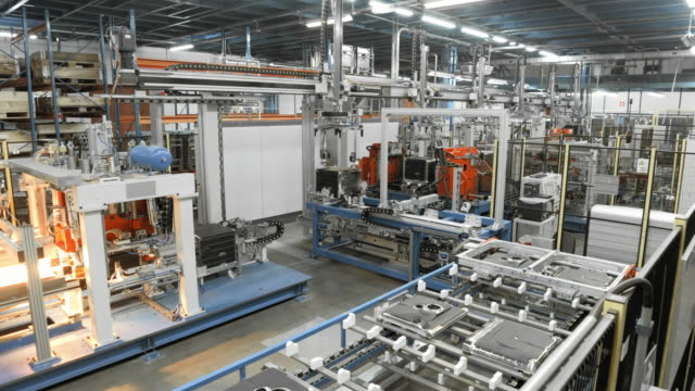 vídeos de stock e filmes b-roll de time-lapse automated production line in a factory - fábrica