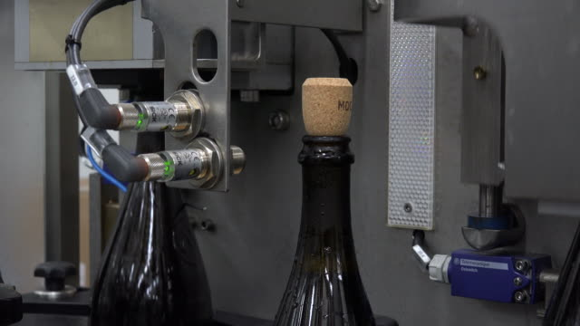 automated production line, sparkling wine production, champagne method, - sektkorken stock-videos und b-roll-filmmaterial