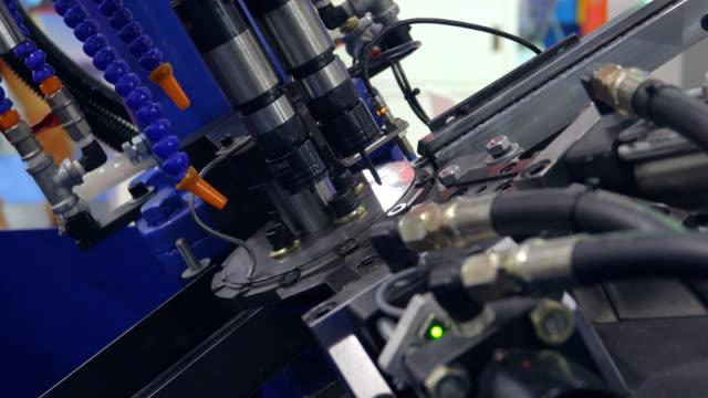 vídeos de stock, filmes e b-roll de produção automatizada com processo cnc - plasma matéria