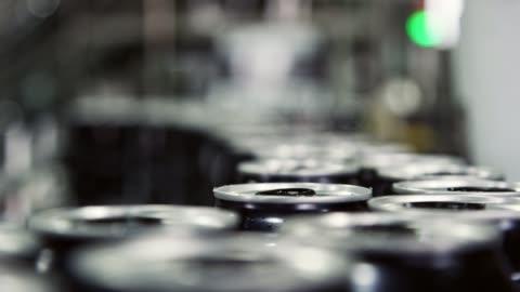 vídeos y material grabado en eventos de stock de la máquina de enlatado automática transporta latas de aluminio con una cinta transportadora en una instalación de fabricación en interiores - aluminio