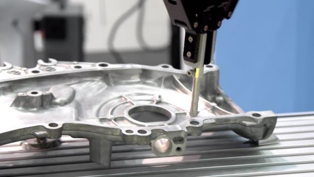 自動三次元座標測定機 (cmm) 車部品の物理的な幾何学的な特性を測定します。 - 品質管理点の映像素材/bロール