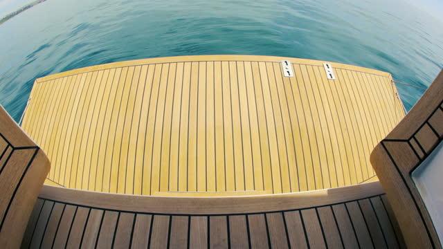 vídeos y material grabado en eventos de stock de apertura automática de la escalera del velero, chapa de teca - embarcación de pasajeros
