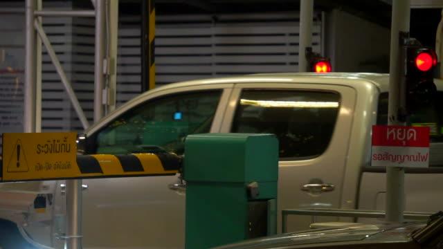 vídeos de stock, filmes e b-roll de automático barreira de segurança na entrada do estacionamento - acessibilidade