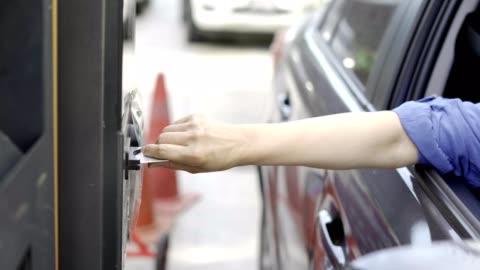 vídeos y material grabado en eventos de stock de barrera de seguridad automática en el estacionamiento - aparcamiento
