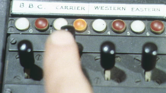 vidéos et rushes de 1962 montage automatic system relaying the air attack warning message to points across the country in a cold war training exercise / united kingdom - bbc