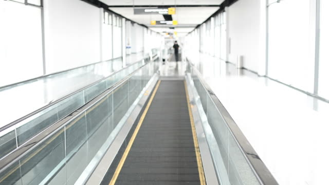 stockvideo's en b-roll-footage met automatic walk way - voetgangerspad