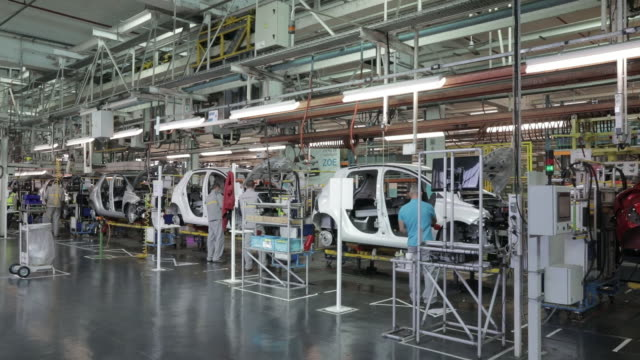 vidéos et rushes de automobile assembly line at the renault sa factory in flins, france on wednesday, may 6, 2020. european car sales were almost wiped out in april... - usine automobile