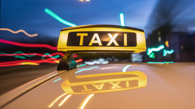vidéos et rushes de automotive on board a car long exposure time lapse rigging shot of a german taxi. taxi roof sign / board in foreground. streaking reflections in the roofs surface of the yellow cab. the background is motion blurred and city lights are streaking. - taxi