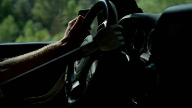 自律車。ロボットの手が車のステアリング ホイールに支援します。 - 援助点の映像素材/bロール