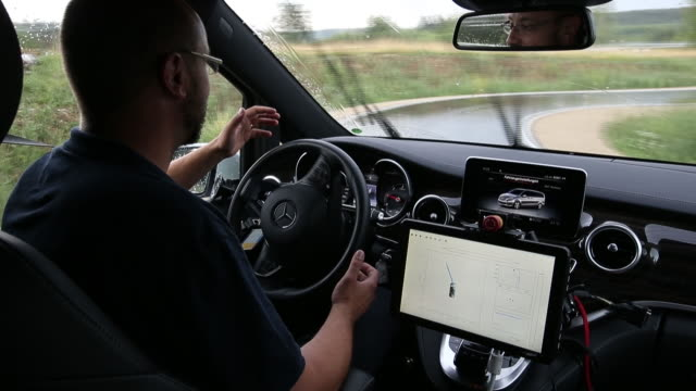 autonomous driving daimler vclass and two different sclass cars with camera sensor systems testing certain aspects of the technology in immendingen... - auto innenansicht stock-videos und b-roll-filmmaterial