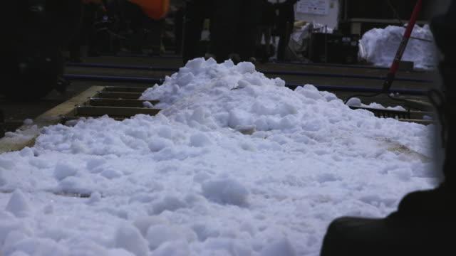 vídeos de stock e filmes b-roll de autonomous snowplow competition snow preparation low angle - pá para neve
