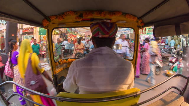 autorickshaw pov driving through old city streets, udaipur, rajasthan, india - 人力車点の映像素材/bロール