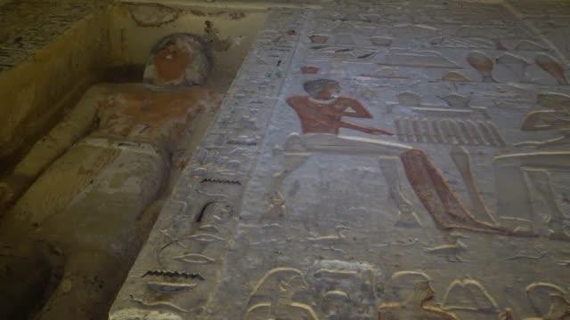 autoridades egipcias anunciaron el sabado el descubrimiento de una tumba de un sacerdote que data de hace mas de 4400 anos en el sitio de saqqara... - saqqara stock videos and b-roll footage