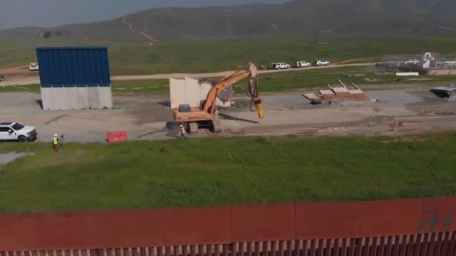 vídeos y material grabado en eventos de stock de autoridades estadounidenses demolieron el miercoles los prototipos del muro que donald trump ordeno construir en la frontera con mexico - ee.uu