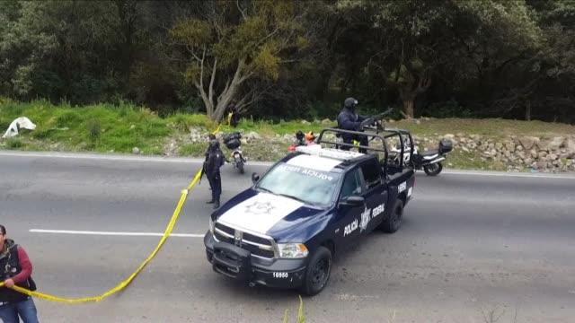 Autoridades mexicanas encontraron el lunes cuatro cuerpos con impactos de bala en una carretera cercana a un popular parque nacional cerca de la...