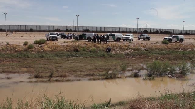 vídeos y material grabado en eventos de stock de autoridades mexicanas y estadounidenses hallaron el jueves otro cadaver en el fronterizo río bravo - ee.uu