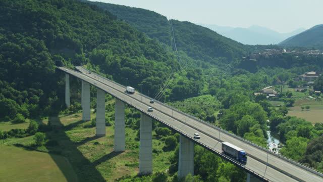 vídeos de stock e filmes b-roll de autovia bridge and tunnel - drone shot - túnel